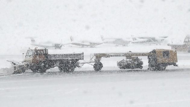 Schneechaos am Innsbrucker Flughafen (Bild: Christof Birbaumer / Kronenzeitung)