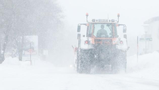 In der Steiermark kam es aufgrund starker Schneefälle auf einigen Straßen zu Verkehrsbehinderungen - im Bild die Situation in Gröbming. (Bild: APA/EXPA/MARTIN HUBER)