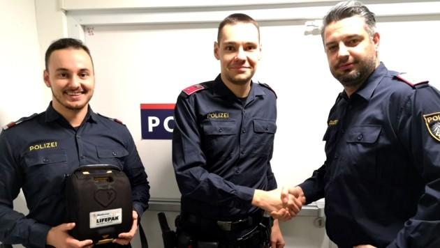 Kontrollinspektor Patrick B. (rechts) gratuliert den Inspektoren Christian R. (Mitte) und Thomas S. zur Lebensrettung. (Bild: LPD Wien)