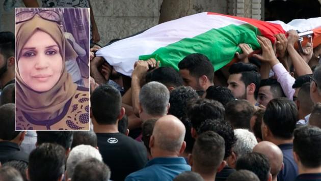Palästinenser tragen den Leichnam der 48-jährigen Aisha Rabi beim Trauerzug durch die Ortschaft Bidia nahe der israelischen Siedlerstadt Ariel. (Bild: AFP, twitter.com)