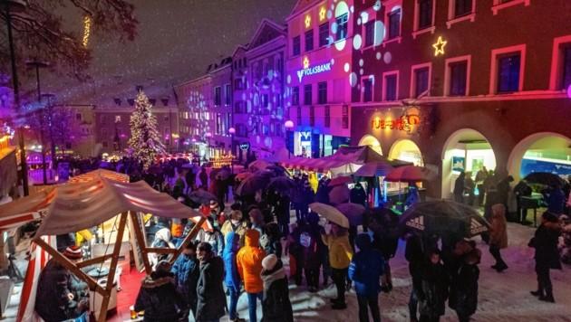 Trotz Schneeregens flanierten viele Besucher durch das Zentrum von Kufstein. (Bild: Hubert Berger)
