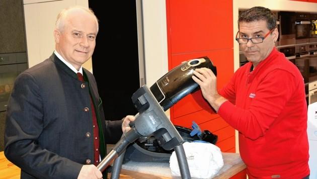 Landesrat Hans Seitinger stellt die neue Prämie fürs Reparieren alter Geräte vor. (Bild: Lebensressort)