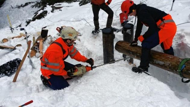 Salzburg-AG-Mitarbeiter bei Reparaturarbeiten an einem Strommasten. (Bild: Salzburg AG)