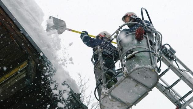 Die Schneesituation wird sich nicht entspannen. Es wird dringend geraten, die Hausdächer abzuschöpfen. (Bild: LFV Salzburg)