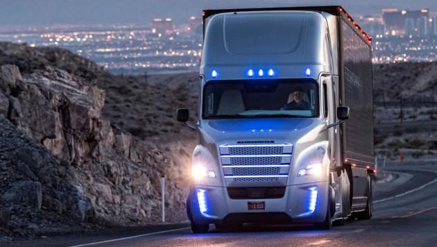 2015 erhielt der Freightliner Inspiration Truck die erste Straßenzulassung für ein automatisiertes Nutzfahrzeug. Auf der Consumer Electronics Show in Las Vegas gab Daimler nun bekannt, hochautomatisierte Lkw binnen eines Jahrzehnts zur Marktreife zu bringen. (Bild: Daimler AG)