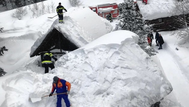 Die Feuerwehr Hohentauern kämpft gegen die ungeheuren Schneemassen - auch auf den Hausdächern. (Bild: Gemeinde Hohentauern)