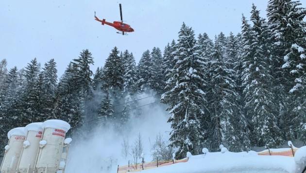 """Beim """"Down-wash"""" fliegt der Hubschrauber über den Wipfeln. Der Wind unter der Maschine bläst dann den Schnee von den Bäumen. (Symbolbild) (Bild: Markus Tschepp)"""