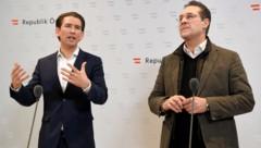 Bundeskanzler Sebastian Kurz (li.) und Vizekanzler Heinz-Christian Strache wehren sich gegen die Kritik aus Wien an der geplanten Reform der Mindestsicherung. (Bild: APA/ROLAND SCHLAGER)