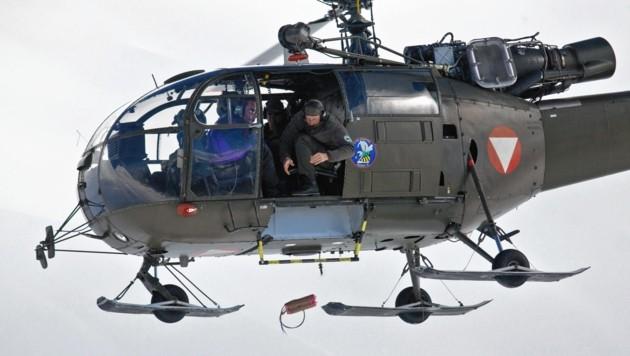 Noch im Hubschrauber werden die Sprengkörper gezündet und abgeworfen. (Bild: Bundesheer/MACHER)