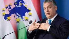Ungarns Ministerpräsident Viktor Orban hatte sich am Montag vom Parlament in Budapest mit umfassenden Sondervollmachten ausstatten lassen. Die Partner in der Europäischen Volkspartei sind darüber größenteils wenig erfreut. (Bild: AP, stock.adobe.com, krone.at-Grafik)