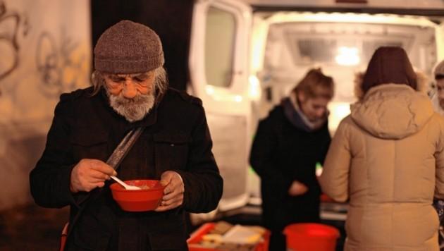 365 Tage im Jahr versorgt der Suppenbus der Caritas Menschen in Not mit warmer Suppe. (Bild: Gerhard Bartel)