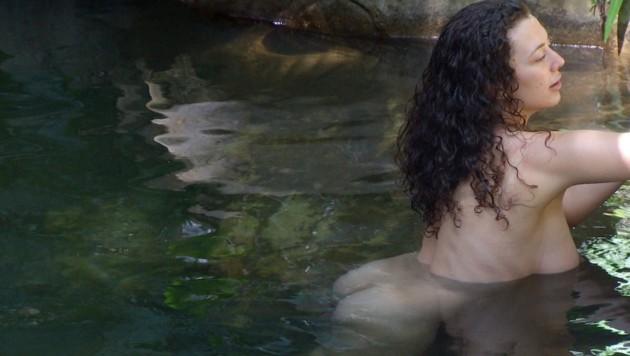 Tag 1 im Camp. Leila Lowfire gönnt sich ein Bad im See. (Bild: RTL)