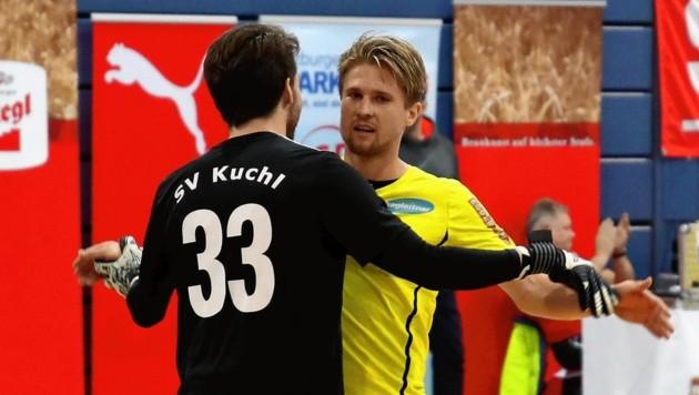 Goalie Thomas Plainer (v.) holte mit Kuchl 2018 die Hallenkrone, Zells Simon Viertler (re.) wurde als bester Torschütze geehrt. (Bild: Andreas Tröster)