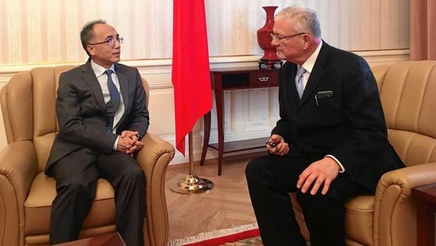 Eine Lehrstunde über chinesisches Langzeitdenken: Chinas Botschafter Li Xiaosi im Interview mit Kurt Seinitz (Bild: mfa)