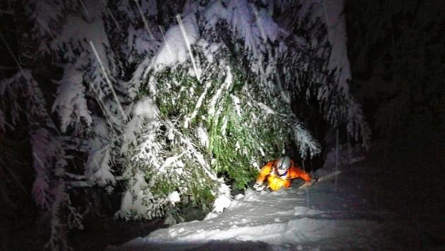 Die Einsatzkräfte mussten sich im steilen Gelände durch den Tiefschnee kämpfen. (Bild: Zoom.Tirol)