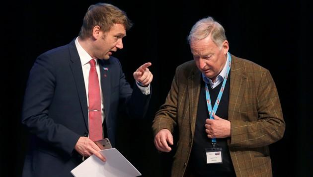 """Der Ultrarechte André Poggenburg (links) lässt die rechte AfD unter Co-Parteichef Alexander Gauland (rechts) wegen deren vermeintlichen """"Linksrucks"""" links liegen. (Bild: AFP)"""