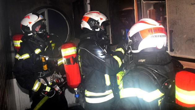 In dieser Wohnung brach das Feuer aus, das den Jugendlichen zu einem Sprung aus dem Fenster zwang. (Bild: APA/FF-WR-NEUDORF.AT - BIEGLER)