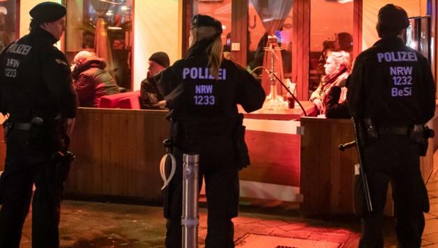 Unter anderem in dieser Shisha-Bar in Bochum führte die Polizei Razzien durch. (Bild: APA/dpa/Bernd Thissen)