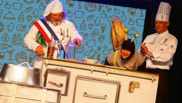 """Die Kochshow """"Le Fras"""": Siegi Torta und Alex Lutschounigg mit ihrem """"Schneck"""" Stefan Lindner. (Bild: Rojsek-Wiedergut Uta)"""