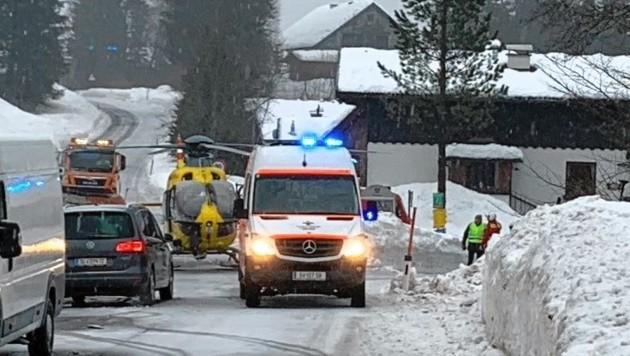 Rettungseinsatz nach einer Dachlawine in Faistenau, trotzdem verstarb ein Arbeiter. (Bild: Markus Tschepp)