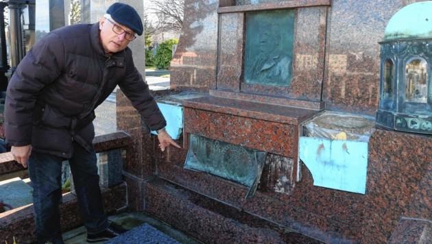 Franz Aufhauser ist über die Zerstörungswut am Friedhof empört. (Bild: Reinhard Judt)