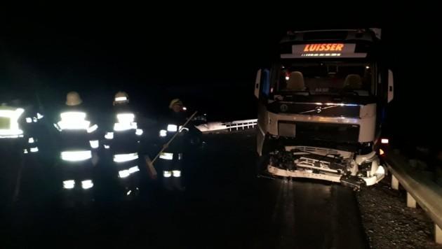 Der Pkw prallte frontal gegen den Lkw. Am Auto des 30-Jährigen aus Spittal entstand Totalschaden. Er war im Fahrzeug eingeklemmt. (Bild: FF Steinfeld)