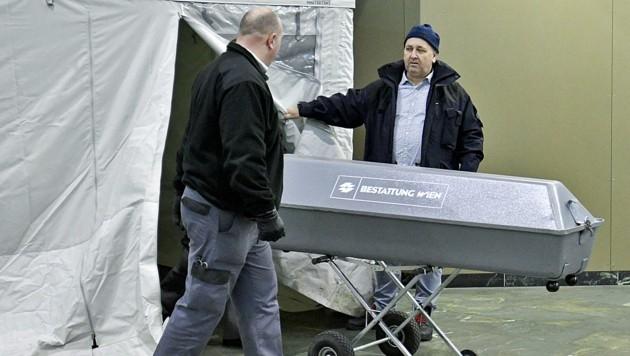 Mitarbeiter der Bestattung am Tatort (Bild: APA/HERBERT NEUBAUER)