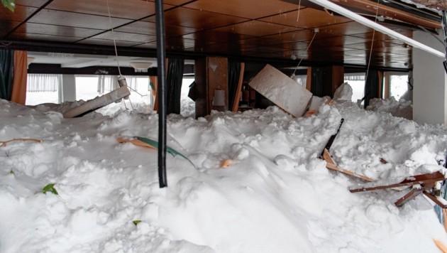 Eine Lawine richtete in diesem Hotel in Ramsau große Schäden an. (Bild: EPA)