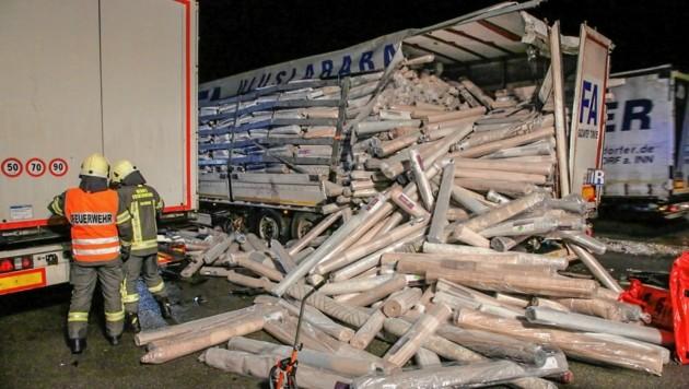 Der Lkw des Türken hatte Teppiche geladen. Diese fielen auf die Fahrbahn. (Bild: Markus Tschepp)