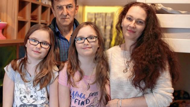 Andrea Neubauer mit ihren Zwillingen Celina und Katjana sowie dem Bezirksrat Oskar Turtenwald (Bild: Gerhard Bartel. krone.at-Grafik)