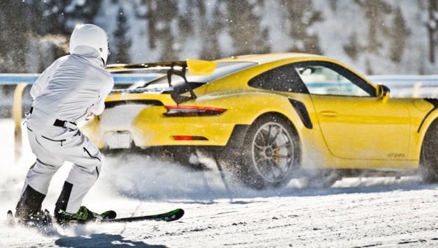 Im Programm: Neben dem traditionellen Skijöring, bei dem Skiläufer von einem Auto gezogen werden, auch Motorsport-Action in vier Kategorien für Rennfahrzeuge sowie aktuelle Renn-/Rallyeautos. (Bild: GP Ice Race Zell am See)