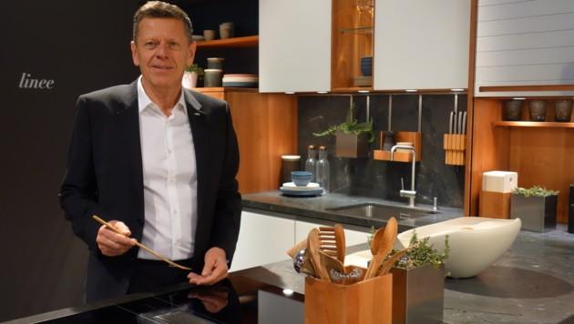 Georg Emprechtinger (r.) ist Chef von Team 7 und somit von 770 Mitarbeitern. In Wien entsteht das erste firmeneigene Küchengeschäft. (Bild: Barbara Kneidinger)