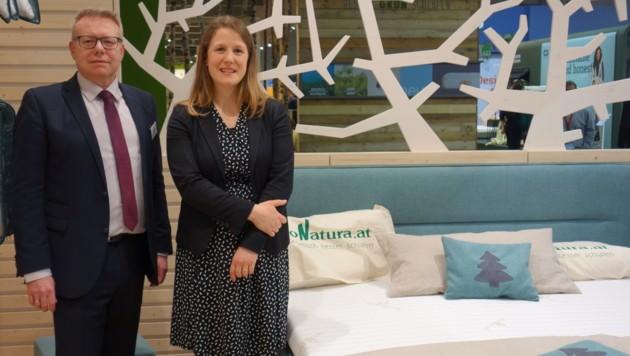 Geschäftsführerin Anna Kapsamer-Fellner (r.) mit Gerhard Ausserhuber, Verkaufsleiter von ProNatura. (Bild: Barbara Kneidinger)