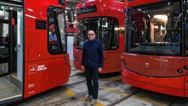 IVB Geschäftsführer Baltes und die neuen Trams, zumindest die, die schon geliefert wurden. (Bild: zeitungsfoto.at)
