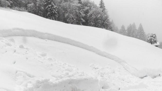 Der Alkolenker steckte mit seinem Auto in einem Schneehaufen fest. (Bild: Bernd Hofmeister)