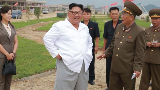 Kim Jong Un beim Besuch in Wosan-Kalma (Bild: AFP)
