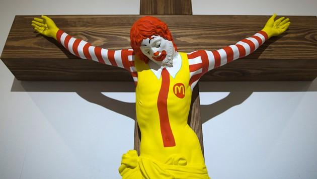Das ans Kreuz genagelte McDonald's-Maskottchen lässt in Israel die Wogen hochgehen. (Bild: AP)