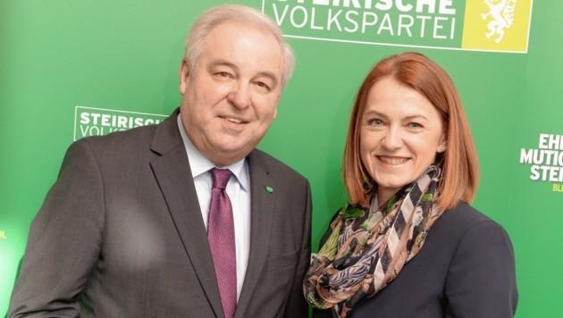 """ÖVP-Parteiobmann und Landeshauptmann Hermann Schützenhöfer sieht in Simone Schmiedtbauer eine """"kompetente und engagierte Politikerin, die bereits über viel Erfahrung verfügt"""". (Bild: STVP/Fischer)"""