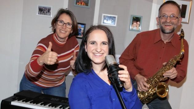 Simone mit Mama Elisabeth und Papa Klaus am Saxophon (Bild: Evelyn Hronek)