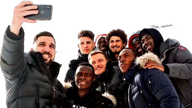Red Bull Salzburg - Munas Dabbur (li.) beim Selfie-Machen in Obertauern. (Bild: GEPA/Red Bull Mathias Mandl)