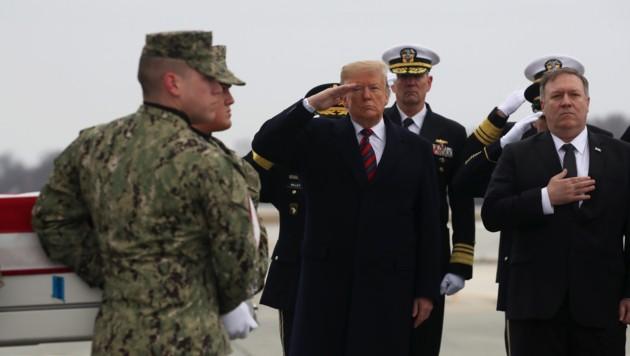 US-Präsident Trump und sein Außenminister Pompeo bei der Ankunft eines toten US-Soldaten in Dover (Bild: APA/AFP/GETTY IMAGES/MARK WILSON)
