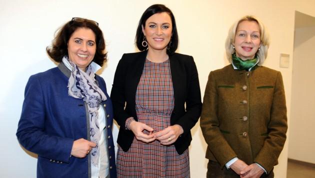 Bundesministerin Elisabeth Köstinger (Mitte) sowie Hermine Hackl (Traunkirchen, li.), Landesforstdirektorin Elfriede Moser (re.) (Bild: Klemens Fellner)