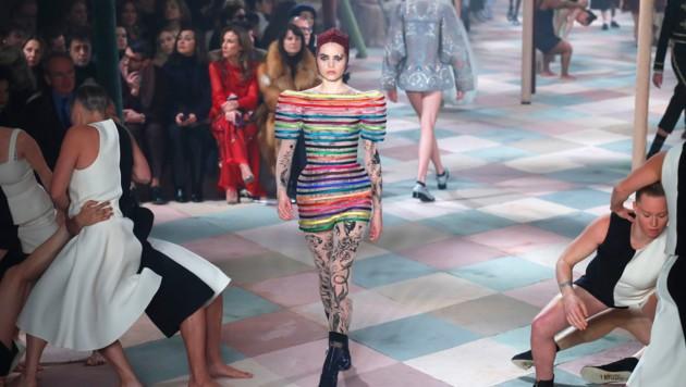 Kunterbunt und mit Anspielungen auf die Zirkuswelt ging es bei der Schau von Dior in Paris zu. (Bild: AP)