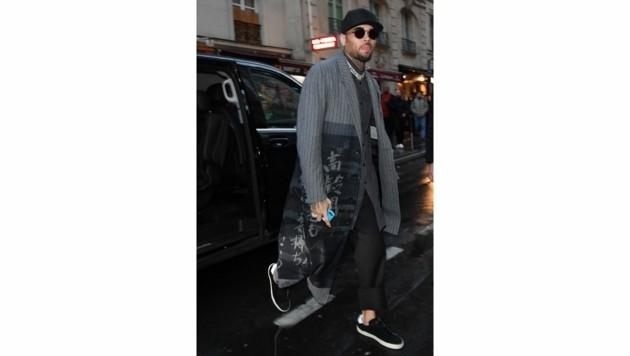 Chris Brown vor dem Mandarin Oriental Hotel in Paris, wo die Vergewaltigung stattgefunden haben soll. (Bild: www.PPS.at)