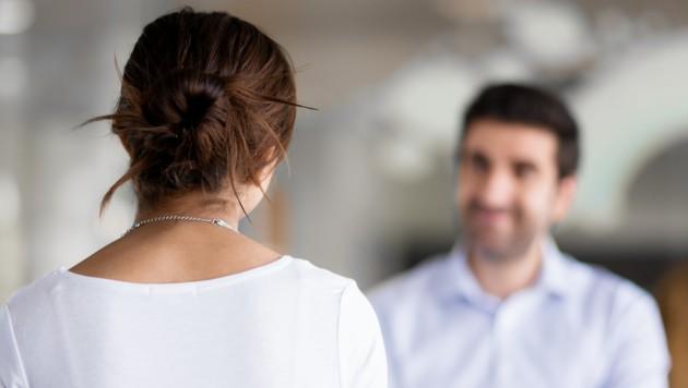 Persönliche Befragung einer Dame durch eine Erhebungsperson (Symbolbild). (Bild: ©Sergey Nivens - stock.adobe.com)