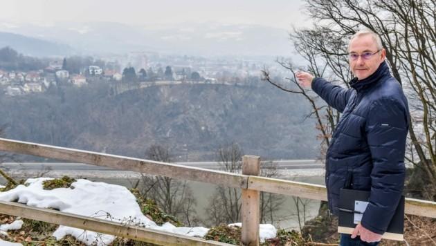 Franz Stöckl von der Bauaufsicht beim Besuch der Westringbaustelle am südlichen Donauufer. (Bild: Wenzel Markus)