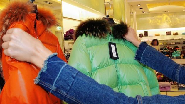 Während die einen im Geschäft ihre Kleidung aussuchten und sie auch bezahlten, haben freche Diebe vor dem Geschäft zugeschlagen. (Symbolfoto) (Bild: Kronen Zeitung)