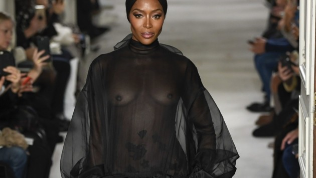 Naomi Campbell gewährte in Paris tiefe Einblicke. (Bild: Pixelformula / Action Press/Sipa / picturedesk.com)