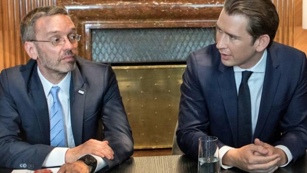 Innenminister Herbert Kickl (FPÖ, links im Bild) mit Bundeskanzler Sebastian Kurz (ÖVP) (Bild: APA/AFP/Alex Halada)