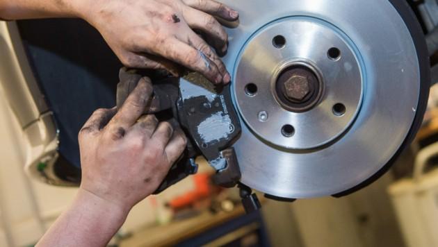 Unbekannte machten sich an den Bremsen zu schaffen. (Symbolbild) (Bild: stock.adobe.com)